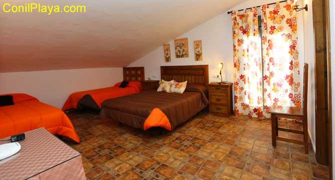 dormitorio con cama de matrimonio y 2 adicionales