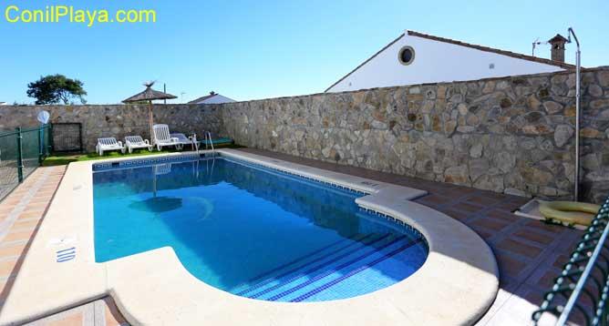 piscina con escalones y ducha