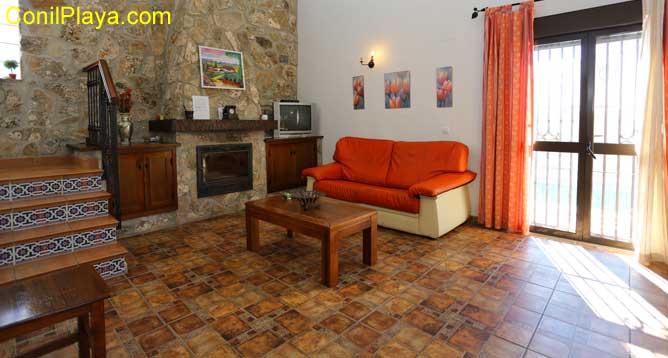 salón con sofa de 2 plazas