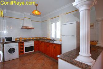 La cocina es amplia y tiene una alacena.