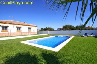 La piscina se encuentra en la parte posterior de la casa. Es muy tranquila