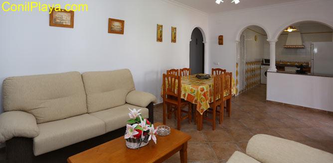 Salon, la mesa comedor y al fondo la cocina.