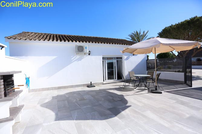 Vista frontal del chalet en Conil.