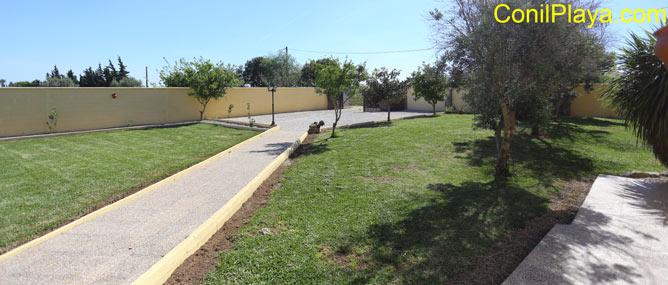 Amplio jardín con campo de fútbol con césped.