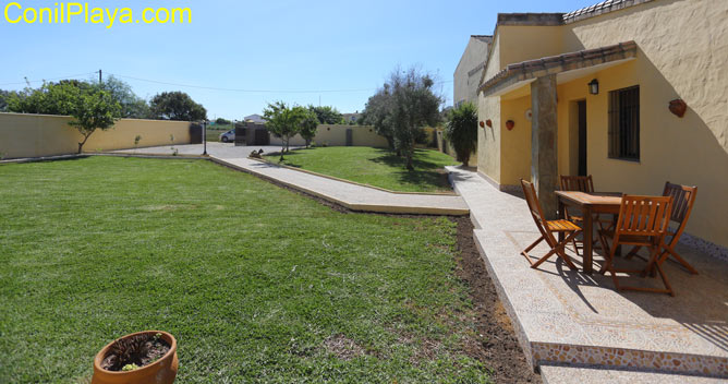 El jardín frente la casa es muy amplio.