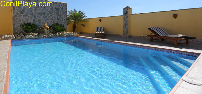 La piscina cuenta con tumbonas y 2 sombrillas.