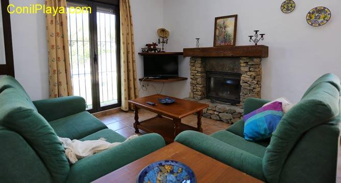 El salón dispone de chimenea de leña.
