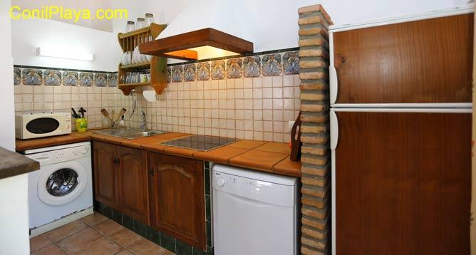 La cocina dispone de placa vitrocerámica y microondas.