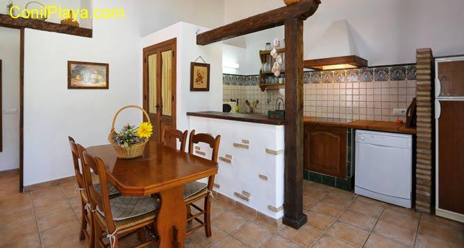 La mesa del comedor se encuentra junto a la cocina.