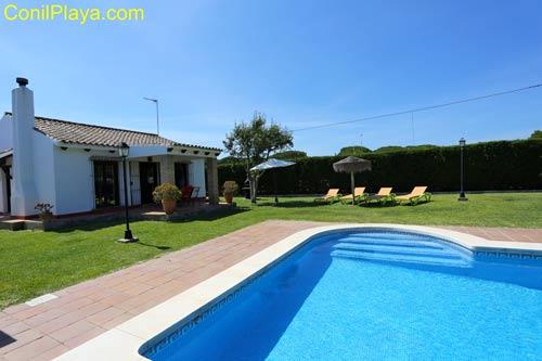 Chalet en alquiler en Conil con piscina, en El Mayorazgo.