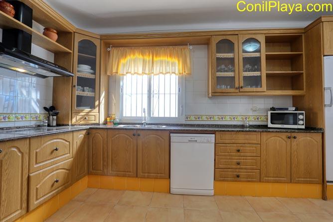 La cocina amplia y equipada.