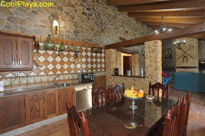 Vista de la cocina y del salón