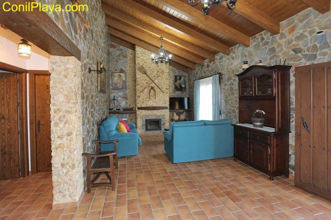 El salón del chalet cuentan con motivos rústicos.