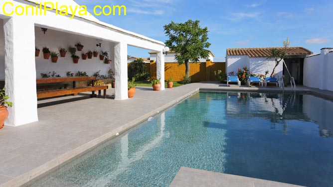 La piscina se encuentra junto al porche
