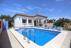 3 dormitorios,6 personas. Tranquilo chalet con piscina privada situado muy cerca de Conil (cerca del Mercadona), porche, jardín, en Dehesa de La Villa. Consta de 3 dormitorios.