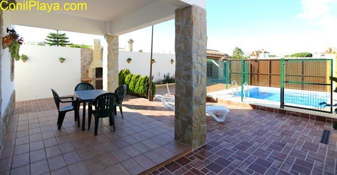 el porche y la piscina