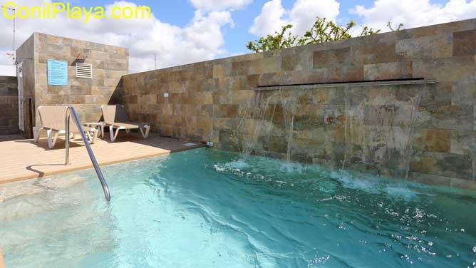chalet con porche y piscina vallada