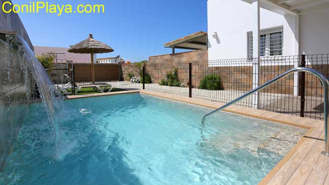 piscina con chorro de agua