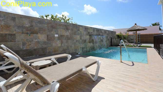 piscina con tumbonas