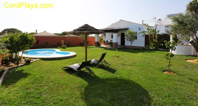 chalet con amplio jardín y piscina privada