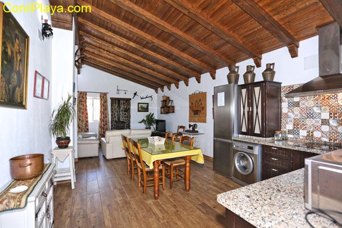 interior de la casa, cocina, comedor y salón al fondo