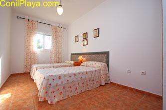 Dormitorio con 2 camas individuales muy amplio