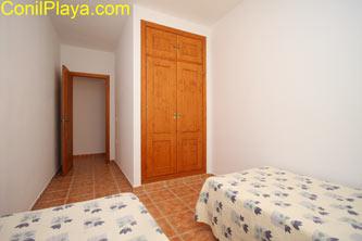 Dormitorio con 2 camas y armario empotrado