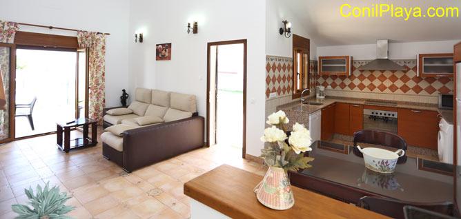 El salón y la cocina