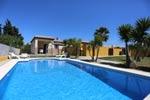 2 dormitorios,7 personas. Estupendo chalet con piscina privada, situada cerca de Las Calas de Conil y de Roche.  Se encuentra en la zona conocida como Roche Viejo, en la carretera al puerto pesquero de Conil, muy Tranquila