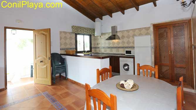La cocina y el salón al fondo