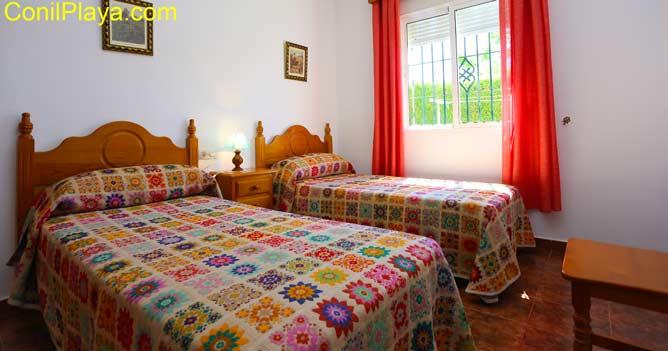 Cuarto de baño con 2 camas