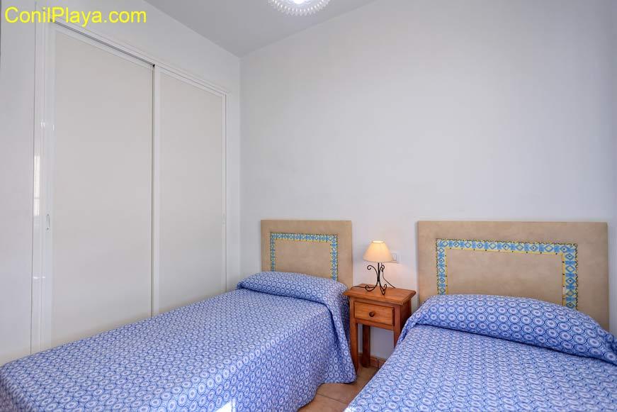 armario y dos camas