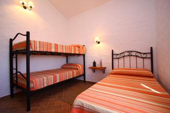 Dormitorio con camas literas.