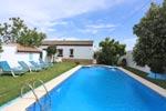 2 dormitorios,13 personas. Tranquilo chalet con piscina independiente en zona rural de Conil a pocos minutos en Coche de las playas de la zona. Posibilidad de hasta 13 personas alquilando dos chalets.