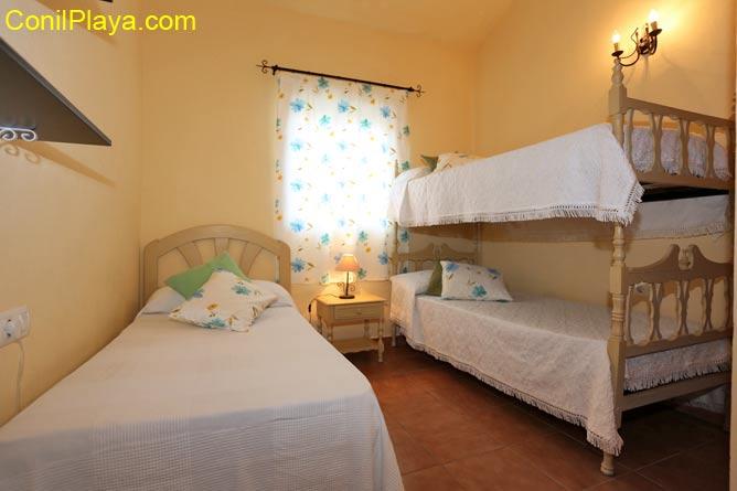 Dormitorio con tres camas