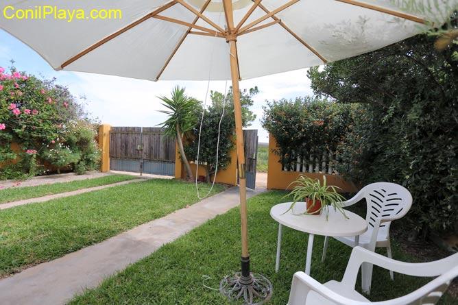 Jardín con césped, con mesa y sillas