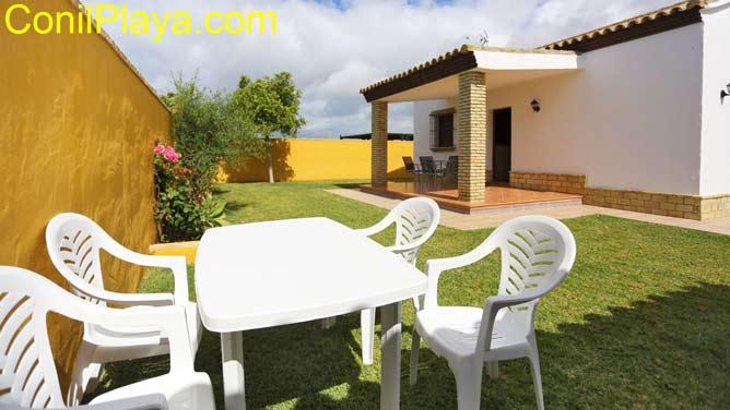 jardín con mesa y sillas