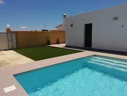 3 dormitorios,22 personas. Estupendo chalet situado a la entrada de Conil, piscina privada, amplio jardin, gran capacidad.