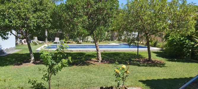 Amplio jardín con césped y piscina