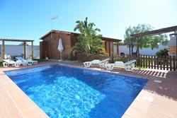 2 dormitorios,4 personas. Bonita casa con piscina privada y jardín con césped, situada en una zona muy tranquila. Tiene barbacoa, hamacas, porche, aparcamiento privada. Ideal para descansar. La estructura es de madera. Acabados interiores de calidad.