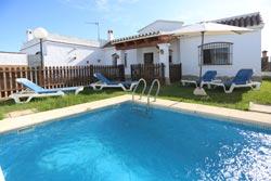 2 dormitorios,5 personas. Chalet con piscina privada en las afueras de Conil, muy cerca de la piscina municipal. Tiene porche, jardín y barbacoa. consta de 2 dormitorios.