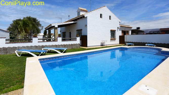 Vista de la casa en alquiler con piscina muy cerca de Conil