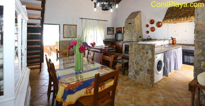 Vista del comedor, la cocina y del salón.