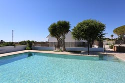 2 dormitorios,5 personas. Chalet en Conil con piscina privada en zona muy tranquila y a pocos minutos de la playa. 2 dormitorios, barbacoa, merendero, aparcamiento privado.