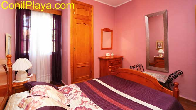 dormitorio con armario y espejo