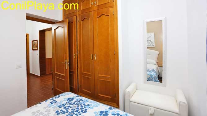 dormitorio con armario empotrado de 3 hojas