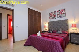 armario empotrado y aire acondicionado en dormitorio