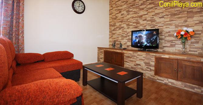 sofá y television del salón