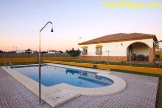 Chalet en alquiler en Conil con piscina.