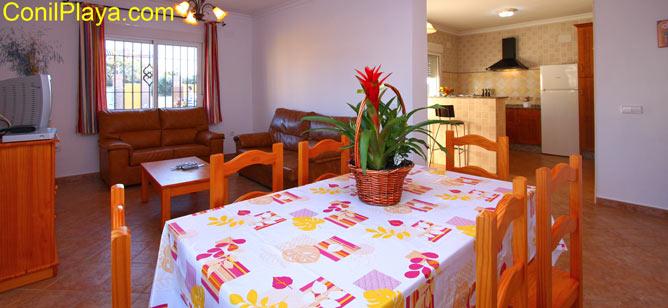 mesa comedor y cocina al fondo